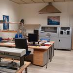 Un peu vide ? En attendant l'installation du fablab, son futur manager Szilard Kados développe ses projets dans le lab d'électronique de DEUSTO Tech.  © Carine Claude