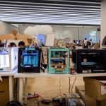 Une table d'imprimantes Ultimaker et Makerbot à Barcelone lors de FAB10. © Quentin Chevrier