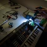 Circuit-bending de synthé de récup'. © Quentin Chevrier / Makery