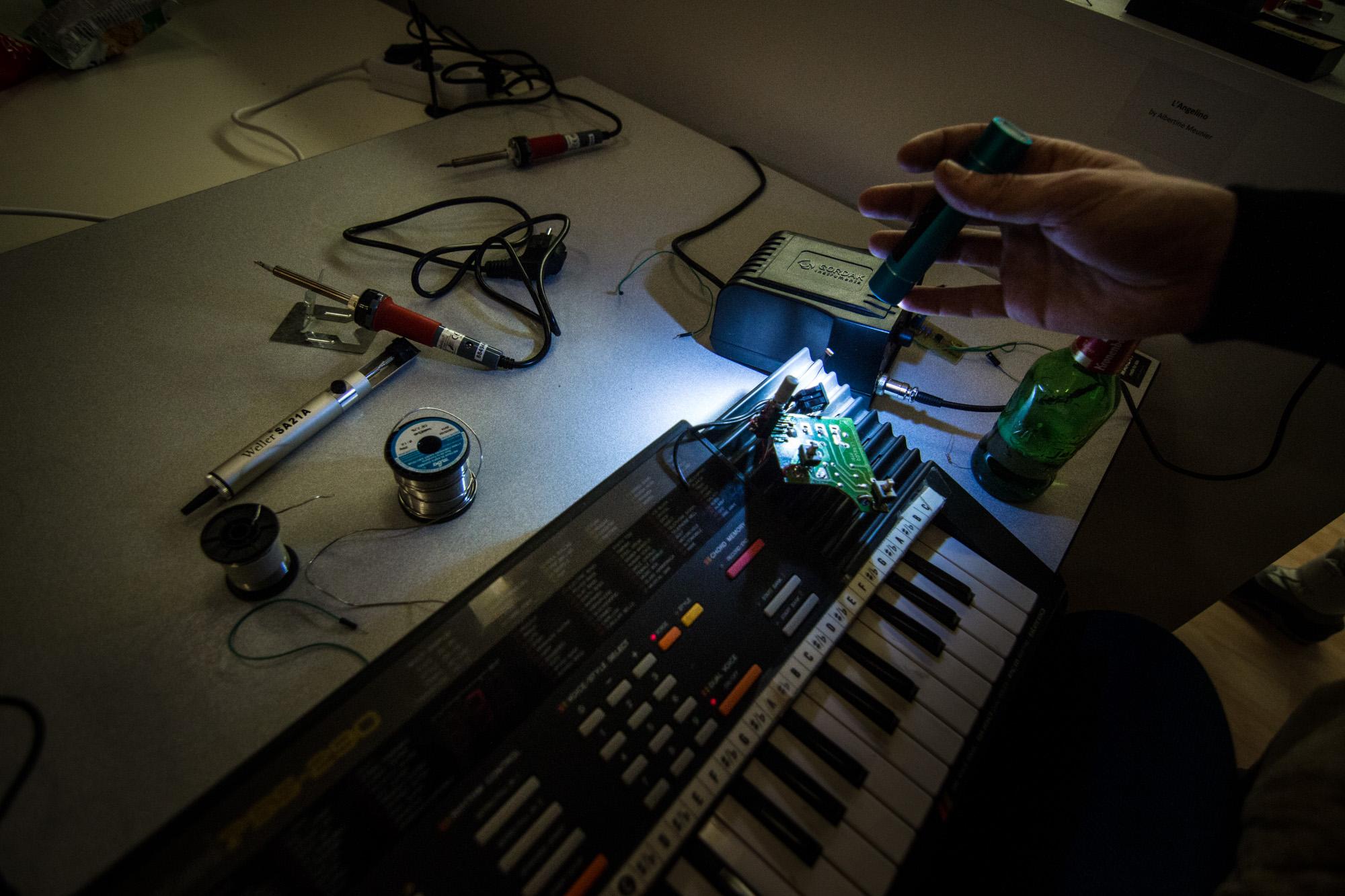 Bricole it Yourself : un clavier-drone, des LEDs cérébrales, une marionnette musculaire…