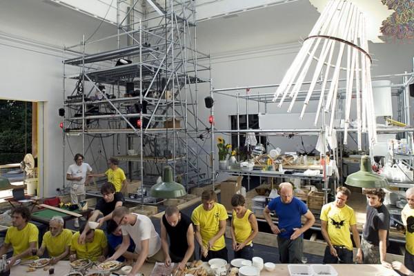 Repas collectif à la MetaVilla, Pavillon Français de la Biennale d'Architecture de Venise, 2006 © Exyzt et Patrick Bouchain