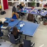Des tables de ping-pong en guise de bureaux : on est bien chez des start-upers. © Nicolas Barrial