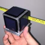 Le picosatellite OzQube-1 a la taille d'un Rubik's Cube et des panneaux solaires pour l'alimentation.  © DR