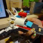 Une vendeuse montre l'avion dans lequel elle a placé le module Mesh qui détecte le mouvement et l'orientation de l'objet. © Cherise Fong